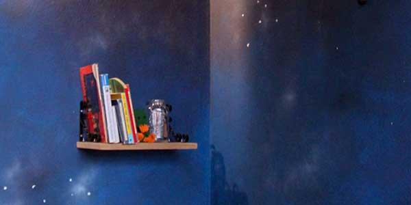 Regal vor blauer Wand